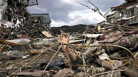 Mannekiinin käsi törröttää tuhon keskellä Kesennumassa Fukushiman tuhoisan onnettomuuden jälkeen.