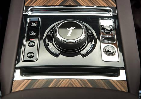 """Spirit of Ecstasy koristaa säädintä, jolla hallitaan kojelaudan näyttöä, joka toimii nyt ensimmäistä kertaa Rolls-Roycen historiassa myös kosketuksella. Oikeassa alalaidassa on off-road-valitsin, jota valmistaja kutsuu sisäisesti """"Everywhere""""-napiksi."""