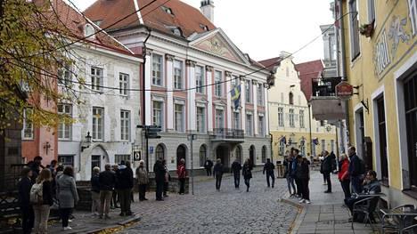 Turistit opastetulla kierroksella Vanhassakaupungissa Tallinnassa 6. lokakuuta 2021.