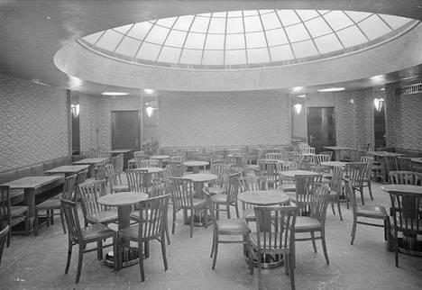 Kluuvikadulla Helsingissä sijaitseva Fazerin kahvila vuonna 1930. Karl Fazerin konditoria avattiin Kluuvikadulla vuonna 1891, mutta liike joutui muuttamaan pari kertaa, kun paikalla sijainneet rakennukset purettiin. Alkuperäinen rakennus purettiin vuonna 1908 ja toisen kerran sama kävi vuonna 1930. Nykyisellä paikallaan kahvila on ollut 1930-luvulta.