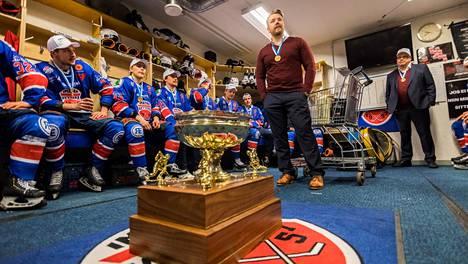 Imatran Ketterän valmentaja Maso Lehtonen puhuu joukkueelleen mestaruusmitali kaulassa jääkiekon Mestiksen viidennen loppuottelun Ketterä-KeuPa HT jälkeen huhtikuussa 2019.