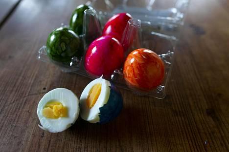 Saksasta tuli myyntiin erä valmiiksi keitettyjä ja maalattuja munia.