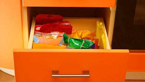 Vetokaapit ovat käytännöllisiä. Niistä syvimmät voi täyttää esimerkiksi astioilla tai kuivatuotteilla ja kookkaammilla pakkauksilla, jolloin niiden käyttäminen, sekä etsiminen on jouhevampaa, kuin jos ne olisivat yläkaappien syvyyksissä.