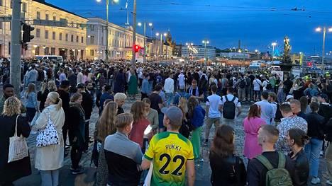 Paikan päällä oli vähintään satoja ihmisiä.