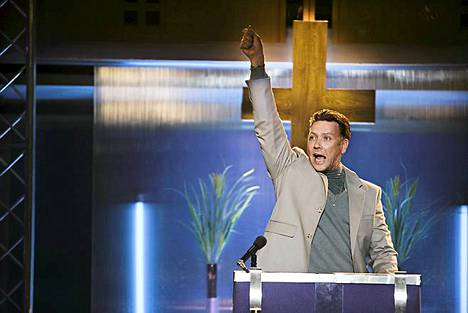 Illan trillerissä Aurinkomyrsky Mikael Persbrandt näyttelee  hurmoshenkistä saarnamiestä.