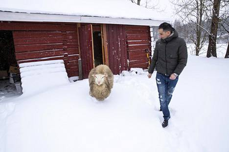 –Kun saavuin Suomeen ensimmäisen kerran, minua tuijotettiin vaimoni kaupalla hirveästi. Pirjo kuitenkin sanoi, että älä välitä ihmisten katseista, Zouhri kertoo.