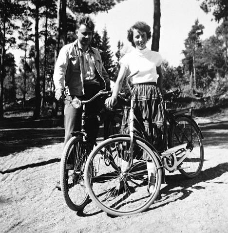 Mauno ja Tellervo Koivisto pyöräretkellä kesällä 1953. Parin 66 vuotta kestänyt rakkaustarina alkoi vuonna 1950, kun he tapasivat Turun ylioppilaskunnan kerhopaikan ulkopuolella.