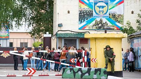 Ukrainassa vangiksi joutuneiden laskuvarjosotilaiden äidit ja vaimot odottivat tietoja miehistä näiden tukokohdan edustalla Kostromassa, noin 350 kilometriä Moskovasta.