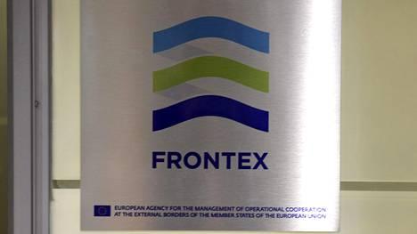 Euroopan unionin jäsenvaltioiden operatiivisesta ulkorajayhteistyöstä huolehtivan viraston, Frontexin, logo Helsinki-Vantaan lentokentällä.