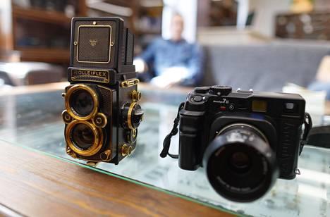Vanhoja filmikameroita ostavan, kunnostavan ja eteenpäin myyvän Kameratorin hyllyltä voi löytää esimerkiksi kultainen Rolleiflex 2.8F Aurumin ja Mamiya 7ii:n.
