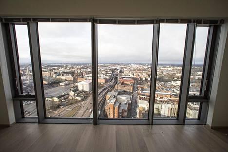 Ikkunat lähtevät lattiatasosta. Kuva on 35. kerroksen suurimmasta asunnosta.