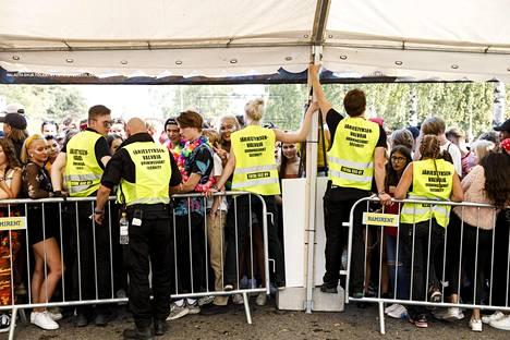 Tapahtumajärjestäjän mukaan Weekend Festivalilla on lähes 300 järjestyksenvalvojaa. Lisäksi paikalla on poliiseja ja päivystävää pelastushenkilöstöä.