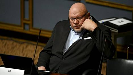 Kansanedustaja Ano Turtiainen kirjoittaa polveilevassa Facebook-päivityksessään muun muassa, ettei luota poliisiin.