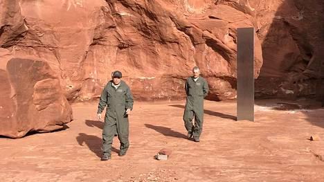 Biologi havaitsi kiiltävän metallisen monoliitin helikopterin kyydistä.