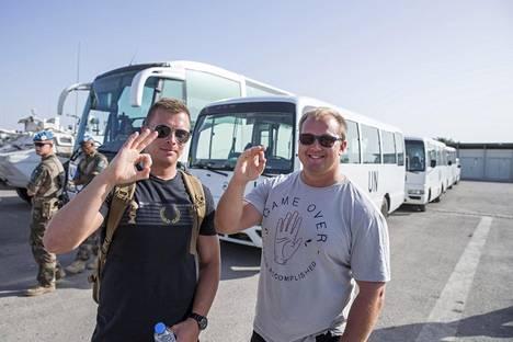 Nollat! Niko Rinne ja Kim Gröhn näyttävät montako palveluspäivää heillä on Libanonissa jäljellä.