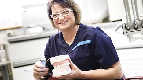 Ulla-Maija Pasanen valmistui hammashoitajaksi vuonna 1984 ja suuhygienistiksi vuonna 1993. Hän on työskennellyt Helsingin kaupungilla vuodesta 2001.