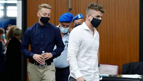 Opiskelijat Finnegan Lee Elder, 20, ja Gabriel Natale-Hjorth, 19, saapuivat keskiviikkona oikeussaliin Roomassa tauon päätteeksi.