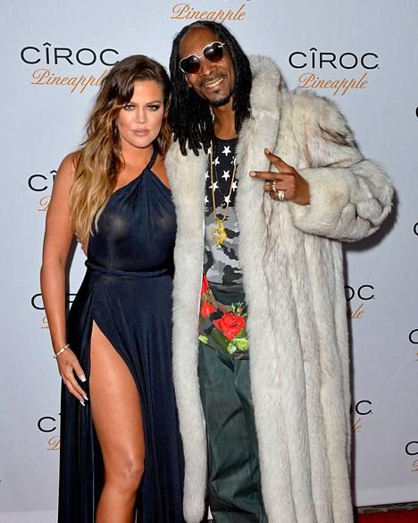 Khloe poseerasi valokuvaajille räppäri Snoop Doggin kainalossa.