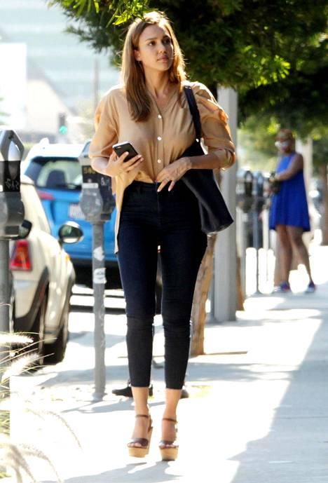 Jessica Alban tyyli vuodelta 2016 muistuttaa hyvin ajasta, kun paidanhelmoja alettiin sujauttaa housuihin.