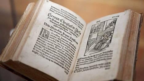 Mikael Agricolan rukouskirja protestantismin historiaa esittelevässä The Luther Effect -näyttelyssä Saksan historiallisessa museossa Berliinissä 11. toukokuuta 2017.