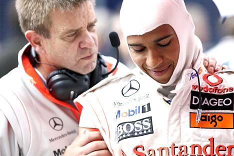 Aki Hintsa ja F1-maailmanmestari Lewis Hamilton vuonna 2008.