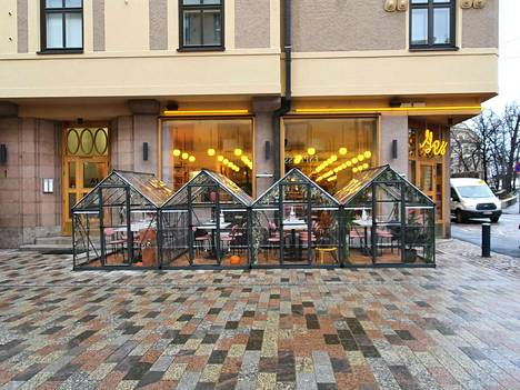 Ravintola sijaitsee leveän kävelykadun varrella.
