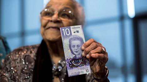 Viola Desmondin sisko Wanda Robson esitteli uutta 10 dollarin seteliä, jossa on hänen siskonsa kuva.