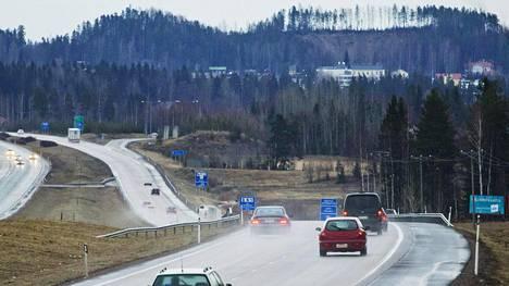 Perussuomalaiset haluaa hallituksen poistavan yksityisautot sekä tiemaksut satelliittinavigoinnin toimenpideohjelmasta.