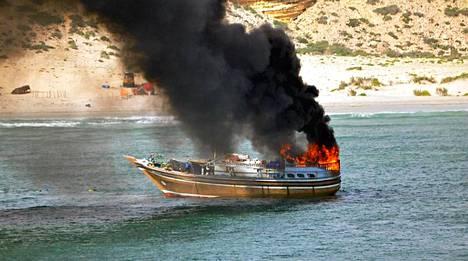 Alankomaiden puolustusministeriö julkaisi kuvia operaatiosta Somalian rannikolla. Merirosvojen aluksen upotuksessa kuoli yksi mies. 25 muuta rosvoa saatiin pelastettua Rotterdam-alukseen.