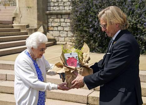 Kuninkaallisen puutarhaseuran presidentti Keith Weed esitteli Edinburghin herttuan mukaan nimetyn ruusun kuningattarelle.