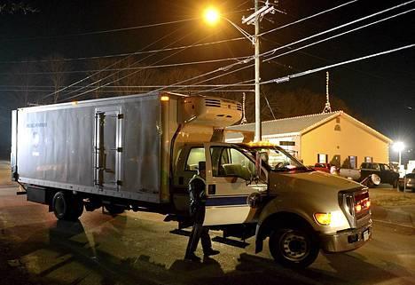 Viranomaisten erikoiskuljetus saapui Sandy Hookin koululle illan jo hämärtyessä.