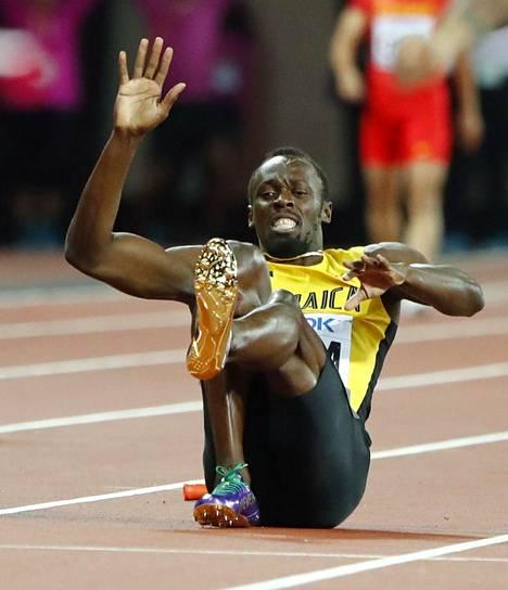 Usain Bolt kaatui radan pintaan miesten pikaviestissä Lontoon MM-kisoissa.