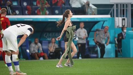 Luvaton tunkeilija juoksi kentälle Suomi–Belgia-ottelun päätösvihellyksen jälkeen.