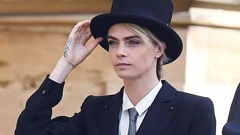 Mallina ja näyttelijänä tunnettu Cara Delevingne saapumassa kuninkaallisiin häihin.