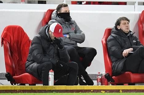 Liverpoolin shokkitappio sai Jürgen Kloppin (vas.) ja muun Liverpoolin valmennusportaan mietteliäiksi.