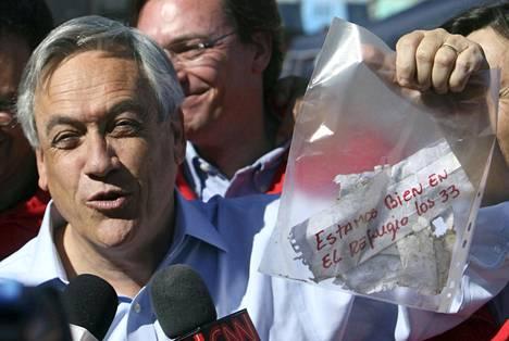 Presidentti Sebastián Piñera esitteli viestiä, joka tarttui poran terään maan uumenissa.