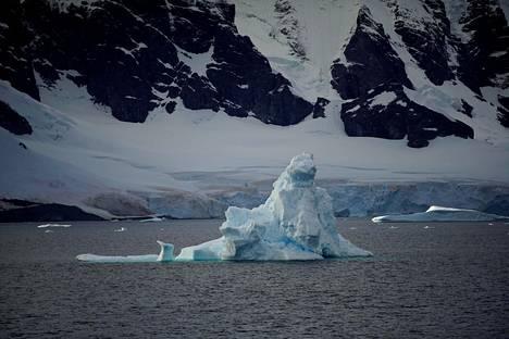 Jäävuori ajelehtii lähellä Orne Harbouria Etelämantereella 15. helmikuuta 2018.