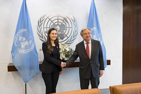 Sanna Marin kätteli YK:n pääsihteeriä Antonio Guterresia maaliskuun alussa.