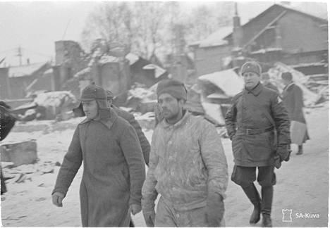 Suomen ottamia neuvostoliittolaisia sotavankeja Kajaanissa. Kuvassa etualalla on yksi niin kutsutun hiihtopataljoonan mies.