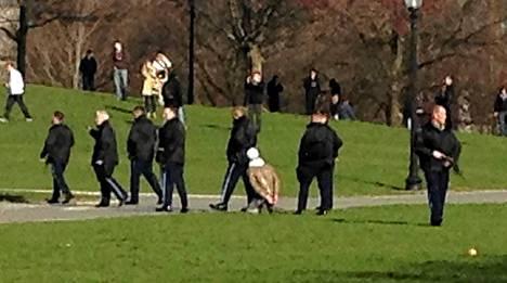 Poliisi otti räjähdysten jälkeen kiinni miehen, joka kuvattiin käsiraudoitettuna bostonilaisessa puistossa.