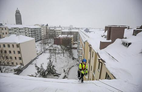 Lumenpudottajan varusteisiin kuuluvat turvavaljaat ja -köydet, kypärä ja turvakengät.