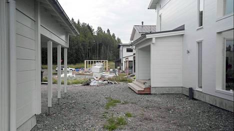 Etupiha oli ennen remonttia pelkkää soraa, laudanpätkiä ja ruuveja.