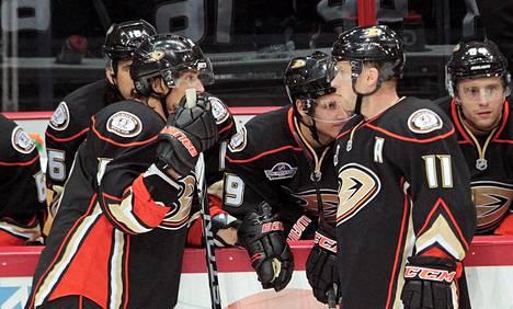Saku Koivu (oik.) pelasi Selänteen seurakaverina Anaheim Ducksissa.
