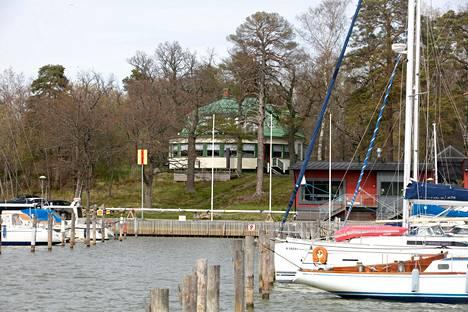 Maininki sijaitsee merellisissä maisemissa Turun Ruissalossa.