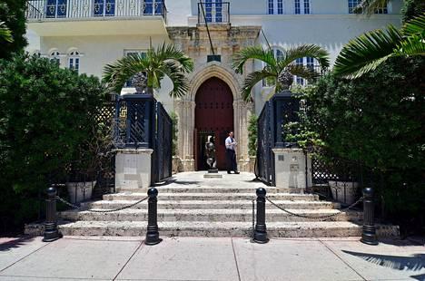 Gianni Versace oli ollut ostamassa lehtiä ja palaamassa kotiin, kun Andrew Cunanan ampui suunnittelijan tämän kartanon portaille. Cunanan tappoi myöhemmin itsensä.