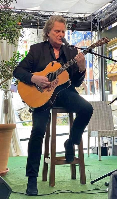 Pepe Willberg esiintymässä ravintola Kukossa Fuengirolassa.