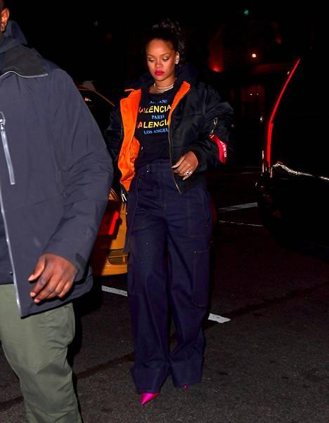 Sormus nähtiin Rihannan sormessa myös perjantai-iltana.
