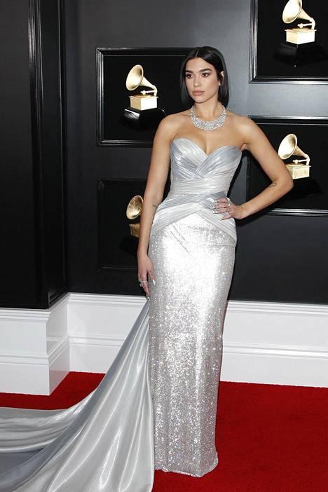 Vuoden tulokkaana palkittu laulaja Dua Lipa lipui gaalaan hopeisessa iltapuvussa, jossa oli valtava laahus.