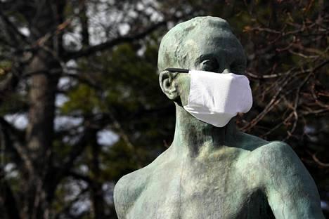 Suurjuoksija Paavo Nurmen patsas Helsingissä on päivitetty korona-ajan henkeen sopivalla tavalla.