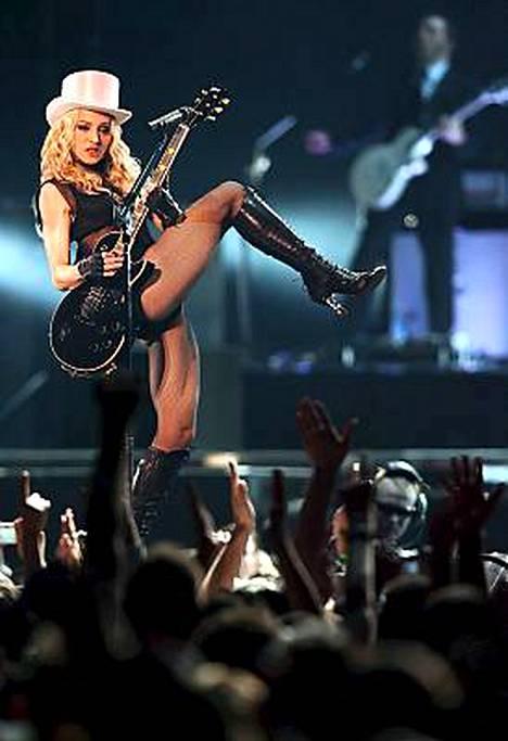 Madonna väläytteli tälläkin kiertueella kitaristin lahjojaan.